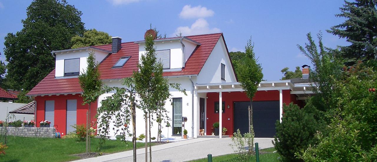 Haus mit Doppelgarage und Schleppgaube